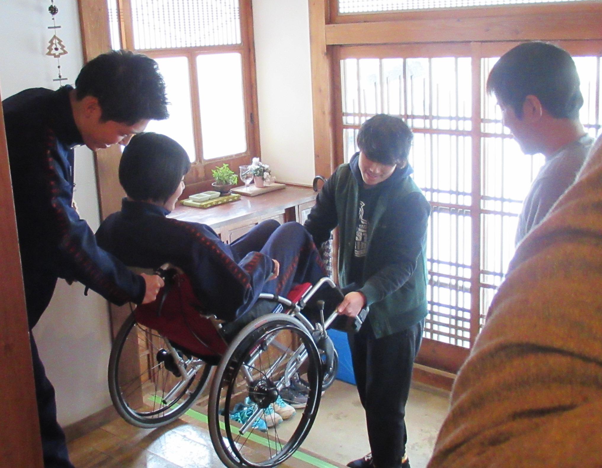 島前高校2年生が福祉交流シェアハウス「チェダッテ」で福祉学習 車椅子介助をアクティブラーニングしました。